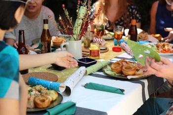 Dinner table celebrations [photo via pixabay]